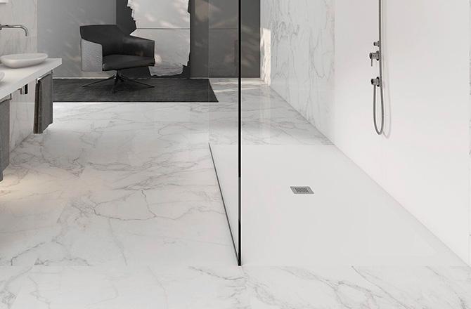 Une salle de bains contemporaine aux murs et sols marbrés blancs
