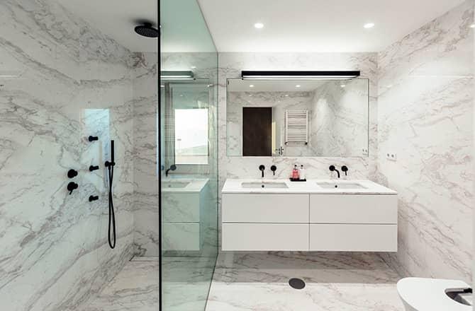 Une salle de bains contemporaine aux murs marbrés