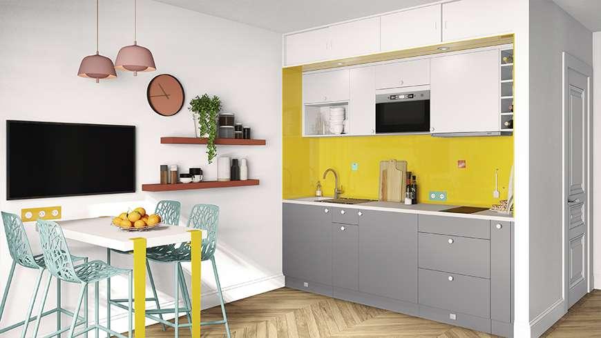 Une petite cuisine intégrée avec crédence jaune solaire en verre