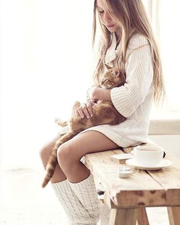 Style scandinave - fille et chat sur un banc - - La Maison Saint Gobain