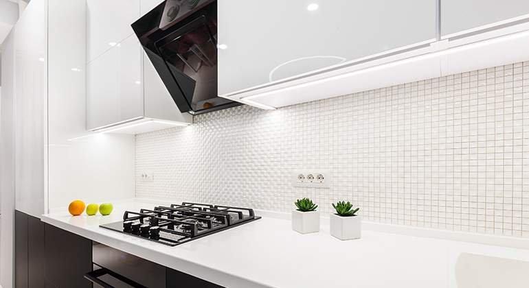 cuisine blanche avec mosaïque