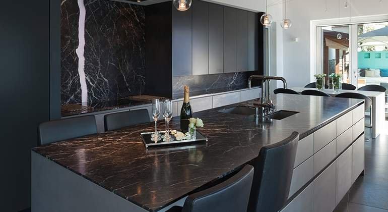 cuisine noire ambiance marbre