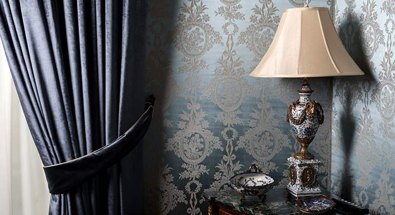 Style Classique-chic - lampe et tapisserie damassée - Saint-Gobain.fr