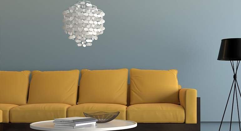 Style vintage - fauteuils moutarde et lustre - La Maison Saint-Gobain